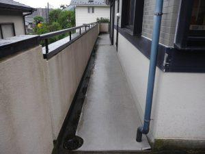 地下階段へと続くバルコニー廊下