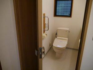 ドアは折れ戸ですので介護にも便利