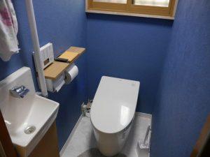 タンクレスのTOTOのトイレと手洗い場