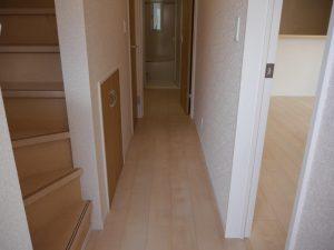 玄関から廊下を撮影