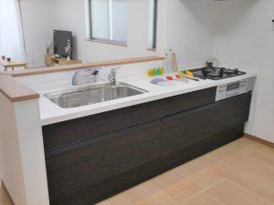 清潔感あるお色のキッチン