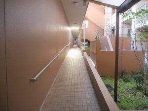 敷地内の1階廊下