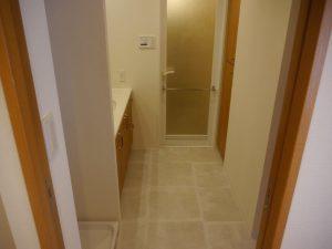テラコッタ調のタイル床