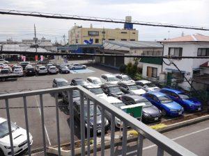 南側は車のディーラー駐車場
